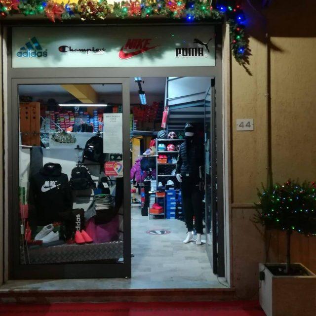 https://www.facebook.com/olimpya.sport.1 OLIMPYA SPORT è un negozio di abbigliamento, scarpe e articoli per lo sport, rivenditore autorizzato dei marchi Nike, Adidas, Champion, Puma, Mizuno, Dimensione Danza, Zeus e Havaianas. Ad accogliervi troverete il calore di una conduzione familiare che dal 2002 cerca di venire incontro alle esigenze dei propri clienti dai 0 agli over 90enni, offrendo cortesia, professionalità e prodotti di qualità a prezzi competitivi tutto l'anno. Venite a trovarci in via Carlo Alberto Dalla Chiesa, 44 - Caulonia M. (RC) Telefono: 0964/862417 - 320/6634286
